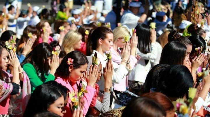The contestants prayed and performed rituals as told.  (Photo: Miss World/Facebook)