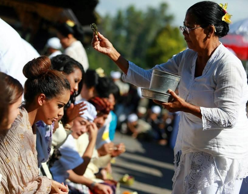 Miss World 2013: Contestants Take Religious Tour of Bali\'s Volcanic