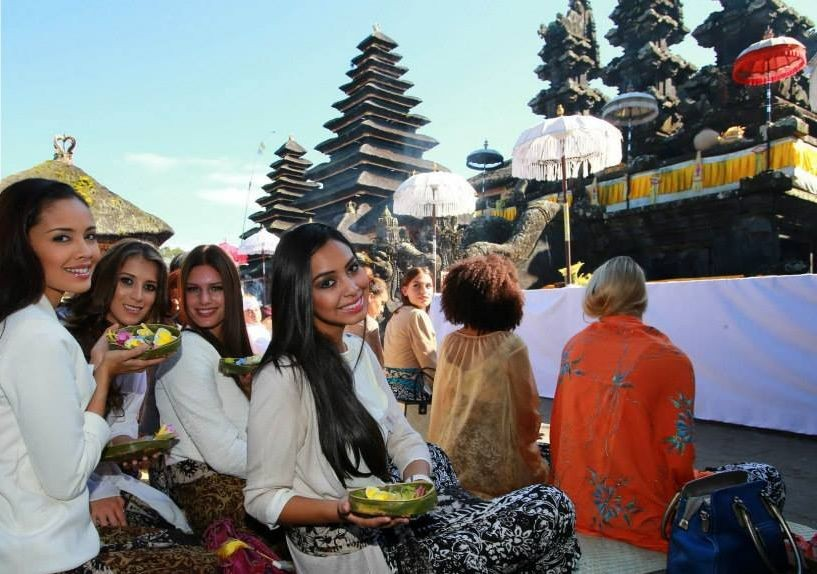 (L to R)  Miss World Philippines, Miss World El Salvador, Miss World Denmark and Miss World Bolivia pose during their visit to the temple in eastern Bali. (Photo: Miss World/Facebook)