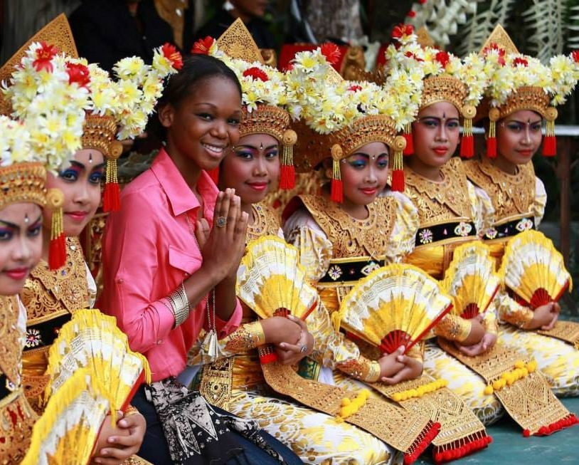 Post temple visit, the contestants were treated to some cultural extravaganza. Miss World Haiti poses with traditional Balinese dancers. (Photo: Miss World/Facebook)