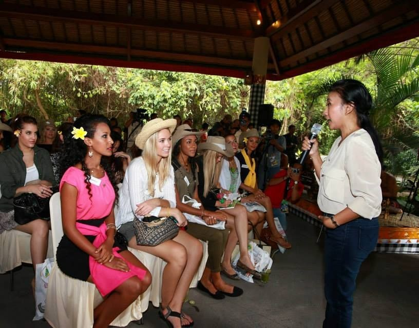 Miss World contestants about endangered species from a wildlife expert at Bali Safari and Marine Park (Photo: Miss World Organisation)