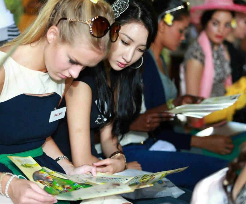 Miss England and Miss Korea study the Park's map ahead of their day-long expedition. (Photo: Miss World Organisation)