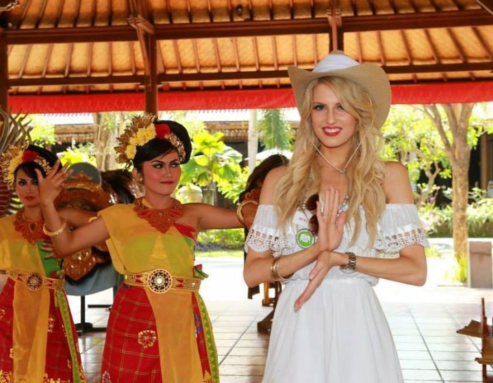 The visit tended with some cultural shows. Miss Australia poses with a Balinese dancer. (Photo: Miss World Organisation)