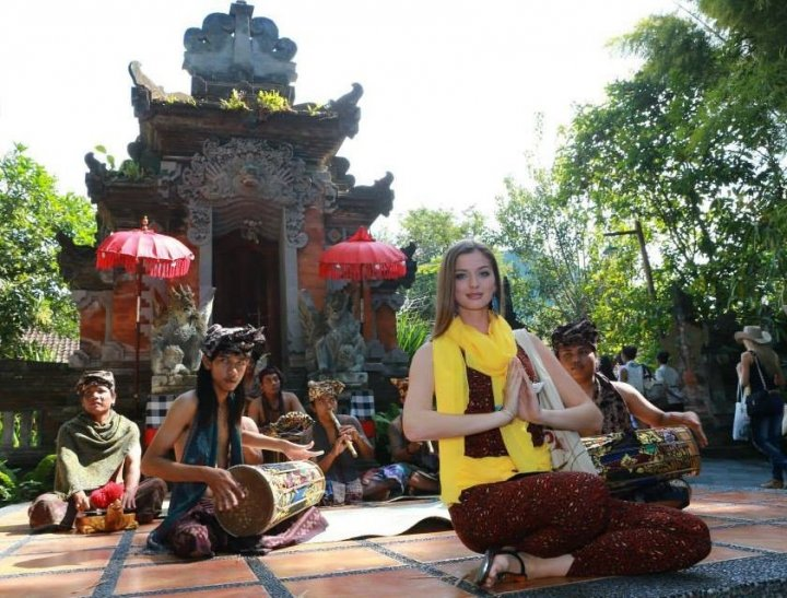 Miss World Ukraine poses with folk singers in Bali. (Photo: Miss World Organisation)
