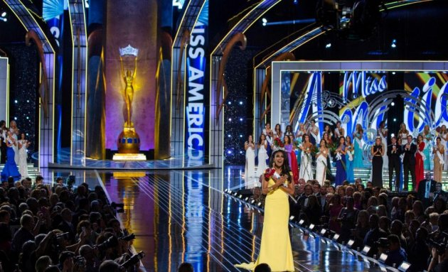 And here comes the final walking moment of Miss America 2014, Nina Davuluri posing for the shutterbugs at the end of the pageant. (REUTERS/Lucas Jackson)