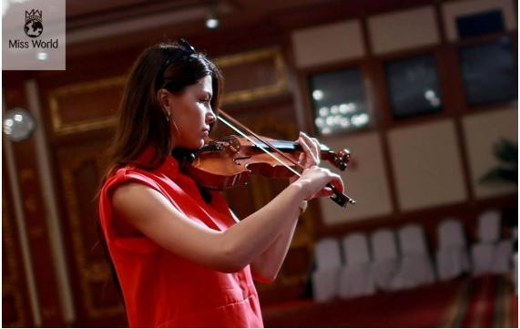 Miss Slovakia will perform a piece with her violin/Missworld.com