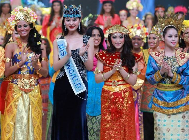 Miss World 2013 contestants pose with Miss World 2012 during the opening ceremony of the pageant in Bali, on 8 September. Earlier scheduled to take place in Jakarta, the Miss World final will also happen in Bali. (Photo: Miss World/Facebook)