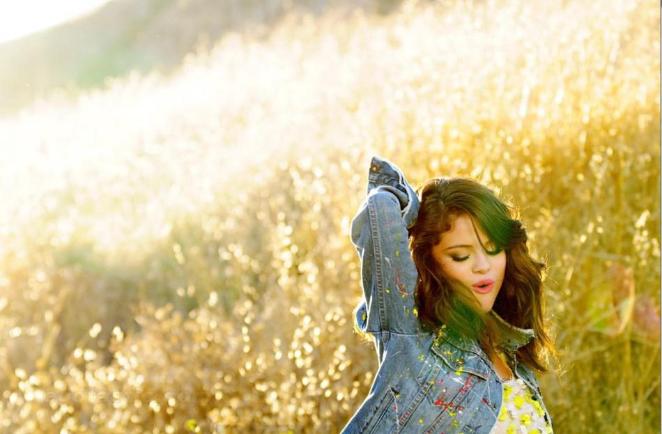 Selena Gomez Confesses She is a Hopeless Romantic[Facebook/SelenaGomez]