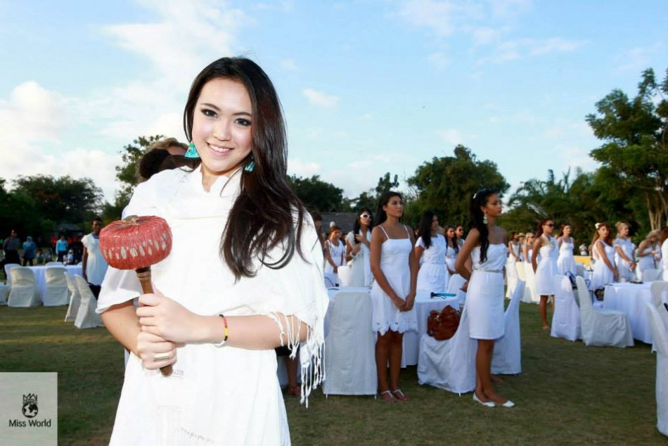 Miss World Indonesia 2013, Vania Larissa, celebrate World Peace Day on 21 September along with fellow contestants in Bali. (Photo: Miss World Organisation)