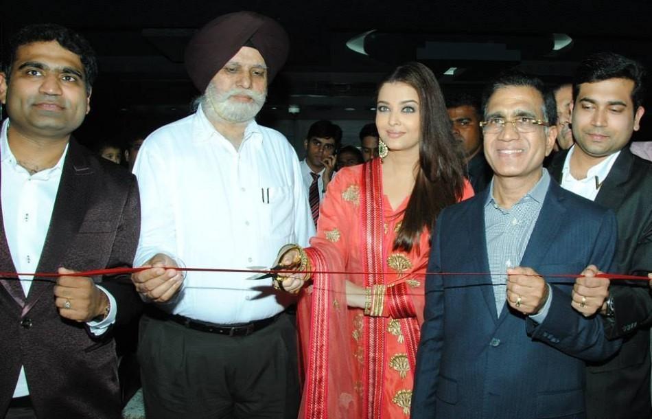 Aishwarya Rai Bachchan Mobbed at Jewellery Showroom Inaugaration(Facebook/AishwaryaRaiBachchan)