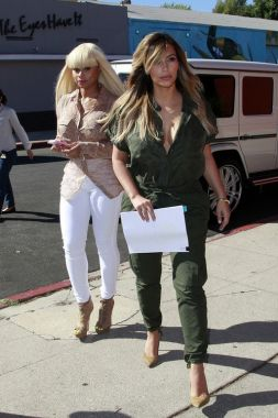Kim Kardashian was spotted looking fab while shooting scenes for Keeping Up With the Kardashians with big sis Kourtney and Blac Chyna.