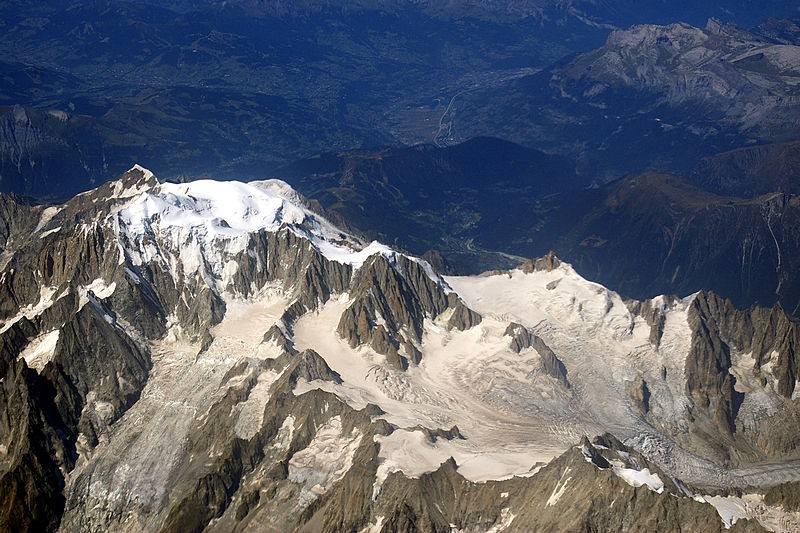 Aerial view of the south-eastern side of Mont Blanc, taken on a commercial flight. A French climber has found a treasure chest of Indian gems on one of the glaciers of Mont Blanc in France. (Photo: Wikimedia Commons)