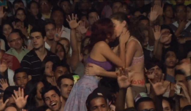 Lesbians at it in pulic