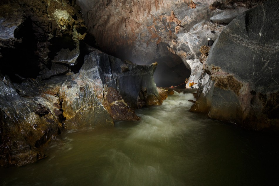 An underground river offers quite an expedition to visitors of the Son Doong Cave. (Photo: Oxalis)