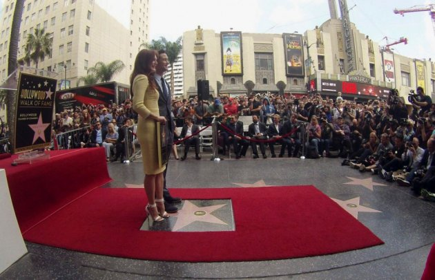Julianne Moore poses with actor Joseph Gordon-Levitt on her star after it was unveiled on the Walk of Fame in Hollywood. (Photo: REUTERS/Mario Anzuoni)