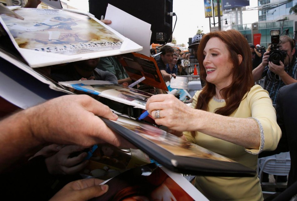 Julianne Moore signs autographs after unveiling her star on the Walk of Fame in Hollywood. (Photo: REUTERS/Mario Anzuoni)