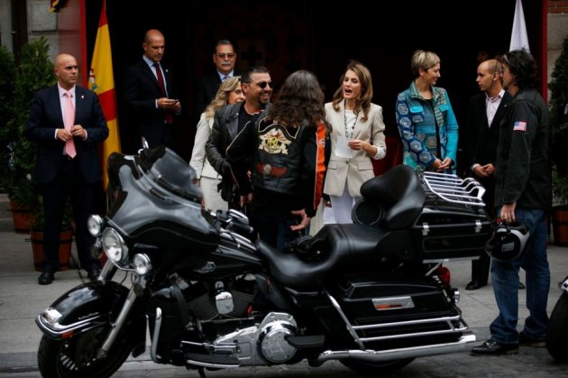 Princess Letizia talks to bikers as she collects money donations. (Photo: REUTERS/Susana Vera)