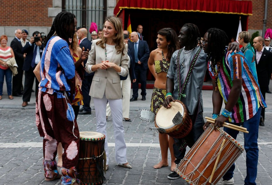 Princess Letizia also talked to members of the African dance group Mbolo during the event. (Photo: REUTERS/Susana Vera)