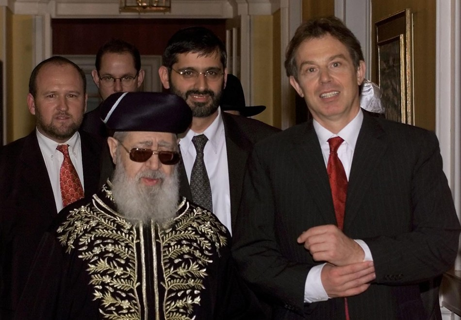 Rabbi Ovadia Yosef, (2ndL) walks down the corridor with Britain's former Prime Minister Tony Blair (R
