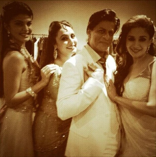 All the actors pose backstage before performance. (Photo: Twiter/@MadhuriDixit)