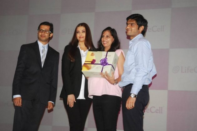 Aishwarya Rai also gave the cord collection kit to expectant couples at the event. (Photo: LifeCellInternational/Facebook)