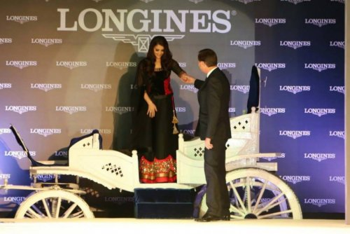 Aishwarya Rai Bachchan gets down from a chariot, entering the Oldest Longines Watch in India contest organised by the company in Taj Palace in New Delhi (Facebook/AshOfficial)