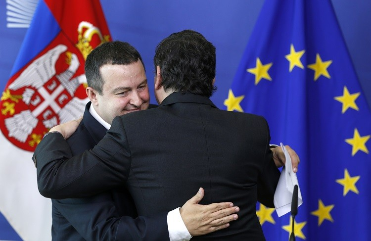 European Commision President Jose Manuel Barroso greets Serbian Prime Minister Ivica Dacic (L) after a joint news conference at the EU Commission headquarters in Brussels 26 June 2013 (Photo: Reuters)