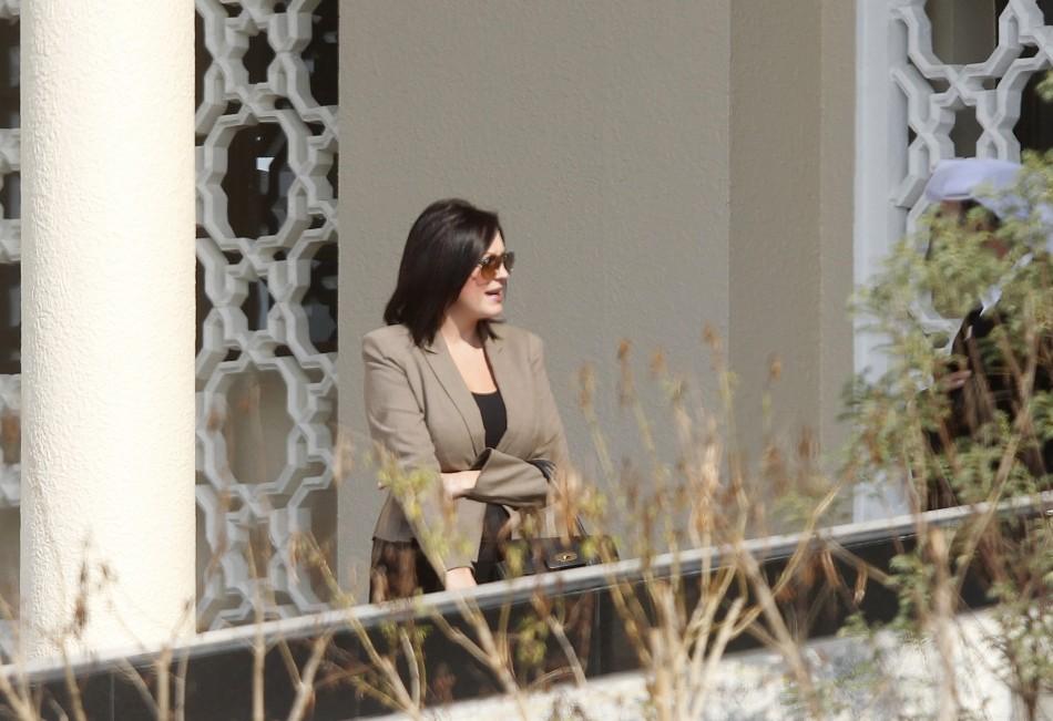 Rebecca Blake(L) talks to her lawyer Shaker al-Shammary outside the Dubai Courts November 22, 2012. (Reuters)