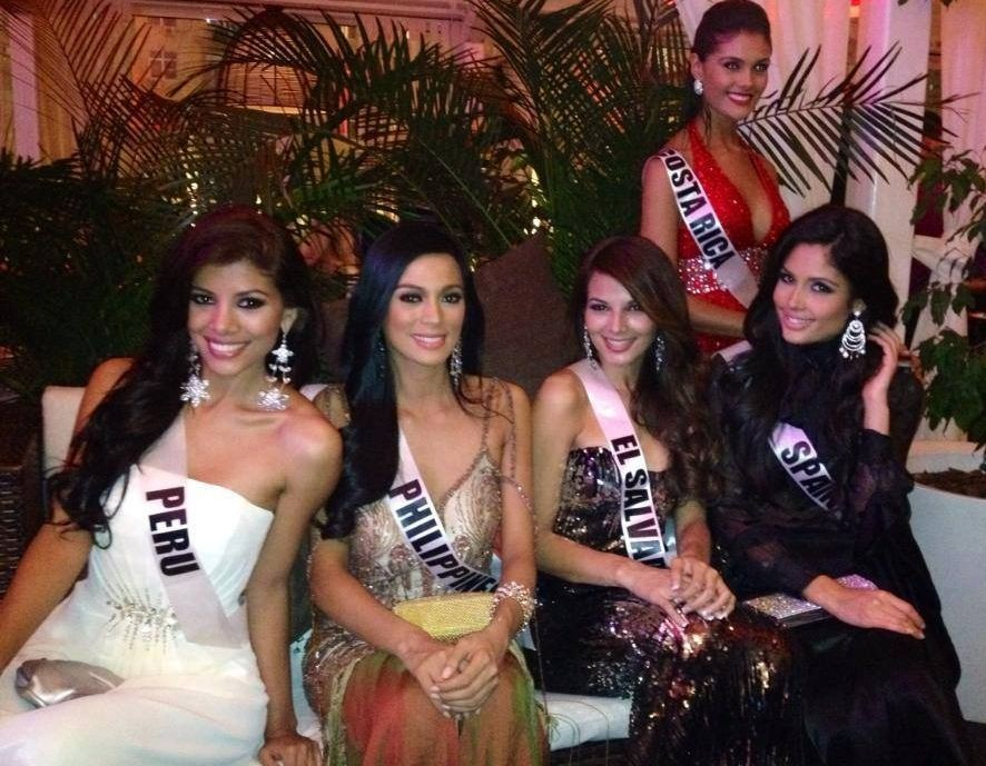 Misses Universe Peru, Philippines, El Salvador and spain get candid during welcome dinner in Moscow on 25 October. (Photo: Facebook)