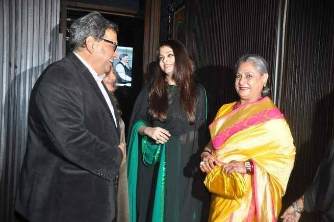 Aishwarya Rai talks to Ghai, the director who cast her in his 1999 film, Taal. (Photo: AshOfficial/info/Facebook)