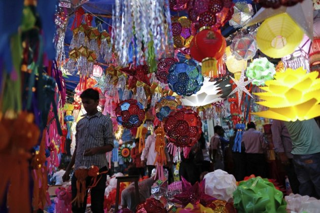 Diwali markets in India are full of decoration items. (Photo: REUTERS)