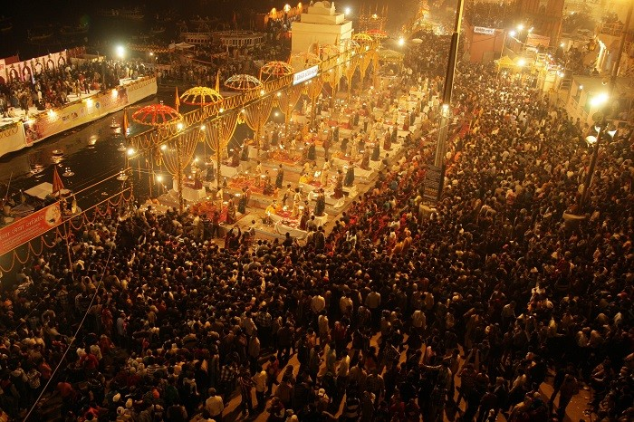 Hindu devotees gather to offer prayers on the banks of river Ganges during the Karthik Purnima festival on the occasion of Dev Deepawali at Dasasumerghat in the northern Indian city of Varanasi November 28, 2012. (Picture: Reuters)