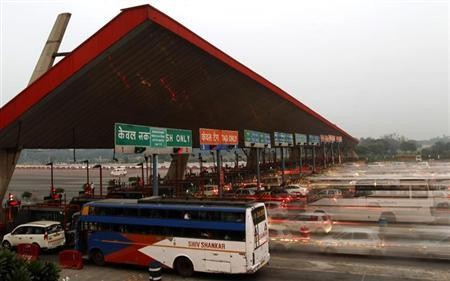 Vehicles pass through a toll plaza in Gurgaon on the outskirts of New Delhi November 4, 2013.