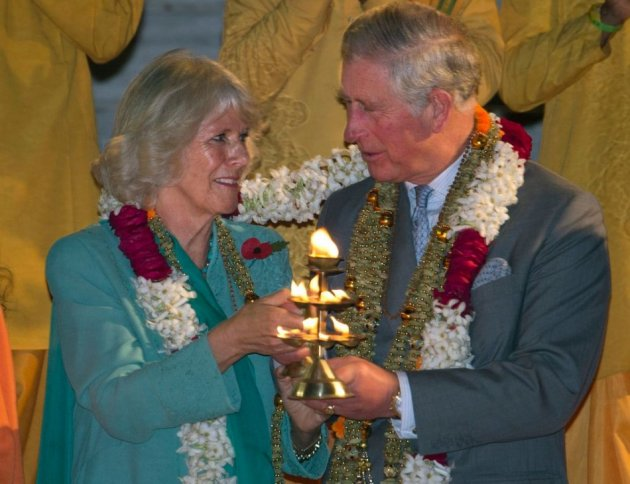Prince Charles and Camilla hold diyas or oil lamps for performing Aarti ceremony. (Photo: Reuters)
