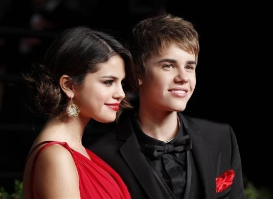 Pop star Selena Gomez is reportedly planning to purchase a new home in Calabasas, California, where on/off boyfriend Justin Bieber's mansion is located.