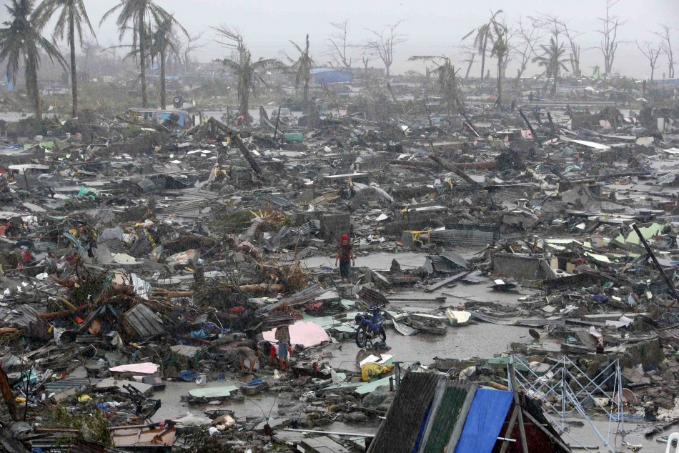 Typhoon Haiyan kills at least 10,000
