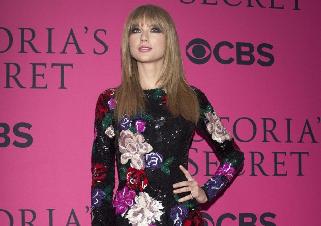 Singer Taylor Swift arrives at the Victoria's Secret Fashion Show in New York, November 13, 2013.