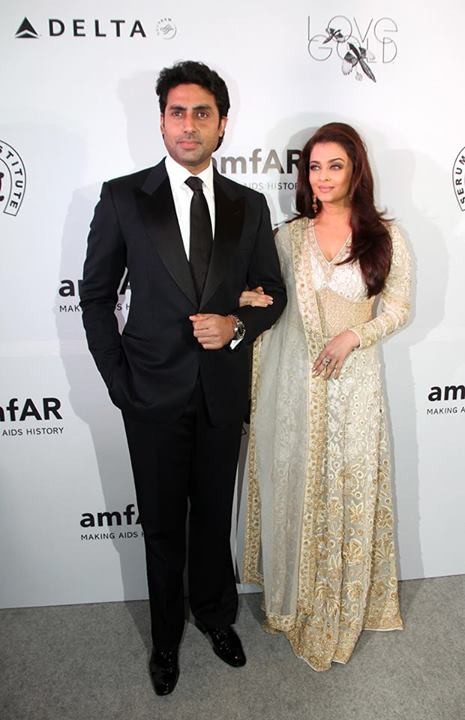 Aishwarya stunned in an Indian ethnic Abu Jani Sandeep Khosla creation [Facebook/World of Aish]