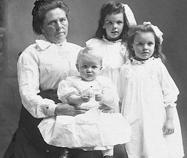 Belle Gunness with her children (WikiComms)