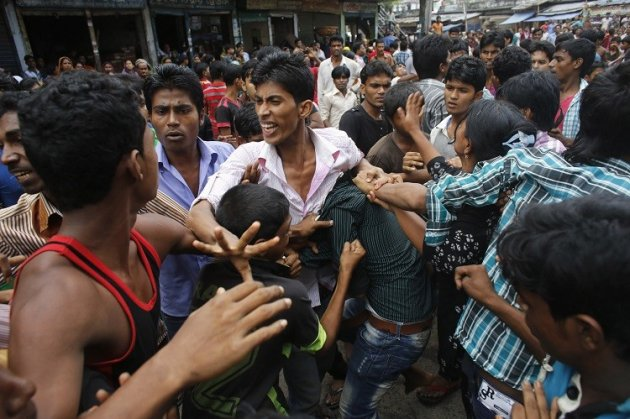 Garment workers clash with locals, who they believe are supporting the garment factory owners, during a protest in Dhaka September 23, 2013. (Photo: Reuters)