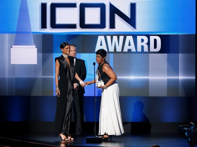 Rihanna accepts the Icon Award from her mother Monica Fenty as presenter Bill Maher stands by