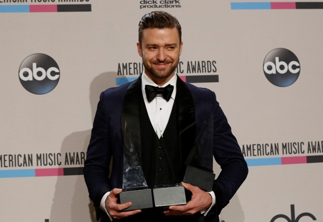 Winner Justin Timberlake poses backstage at the 2013 AMAs