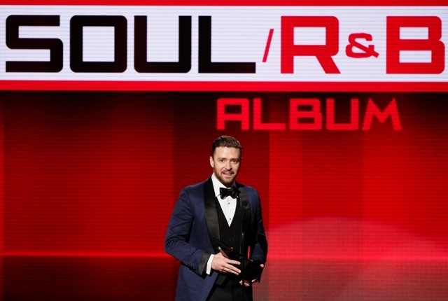 Justin Timberlake accepts the favorite soul/R