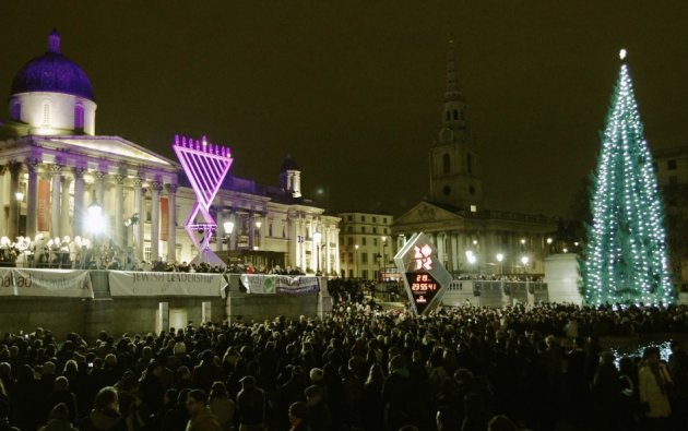 Hanukkah crowds gather in London's Trafalgar Square