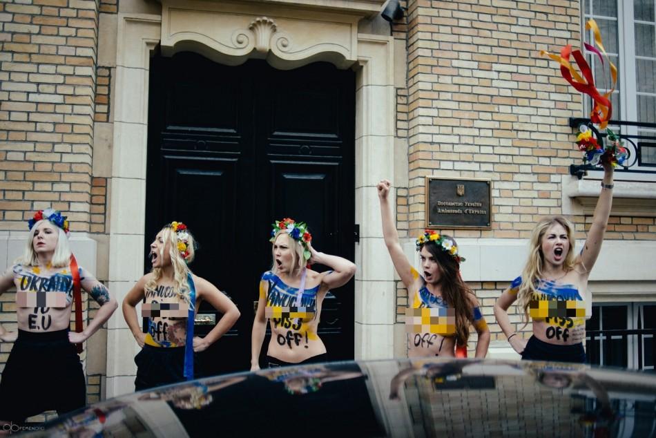 Femen pee Yanukovich