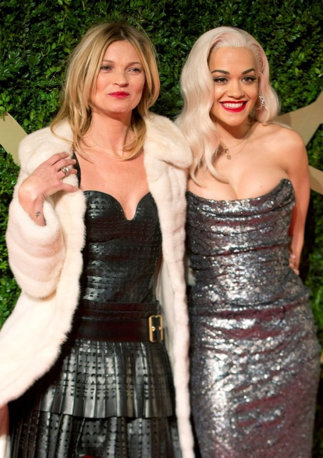 Model Kate Moss and singer Rita Ora (R) pose on red carpet. (Photo: REUTERS/Neil Hall)