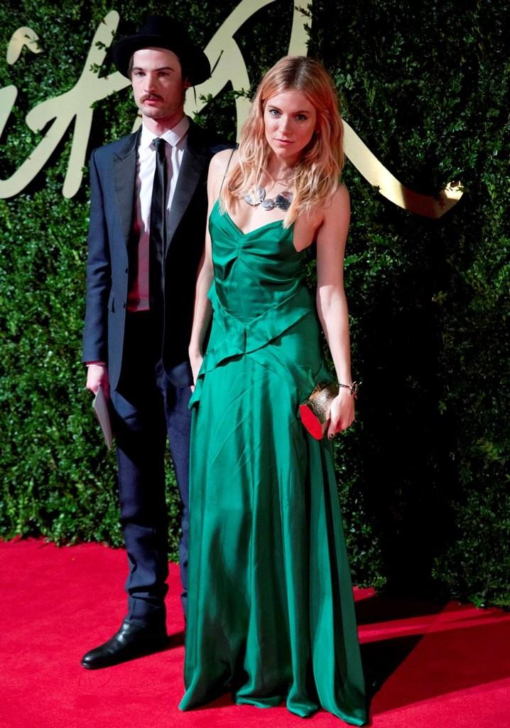 Sienna Miller shows off her emerald dress. (Photo: REUTERS/Neil Hall)