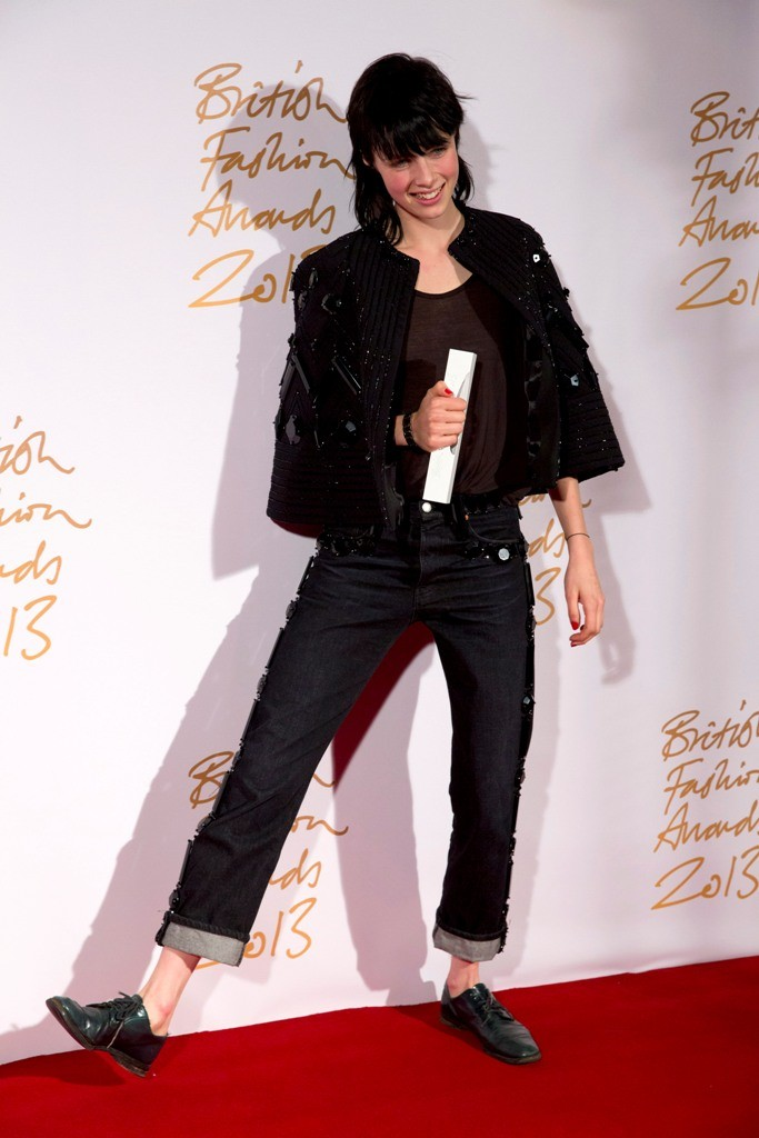 Edie Campbell opted for tramp-like look to pick her Model of the Year award. (Photo: REUTERS/Neil Hall)
