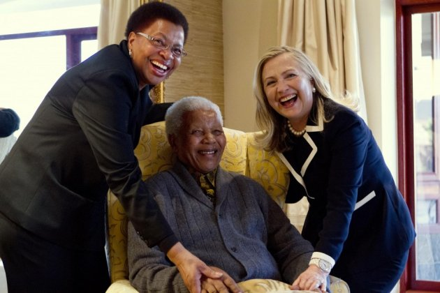 US Secretary of State Hillary Clinton (R) with Nelson Mandela, former president of South Africa, and his wife Graca Machel (L).