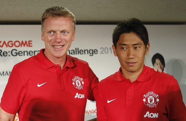 Manchester United manager David Moyes with midfielder Shinji Kagawa. (Reuters)